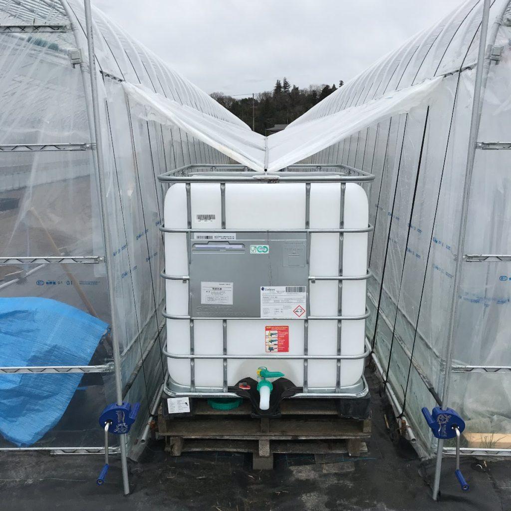 新ハウスの間に貯水タンク設置。